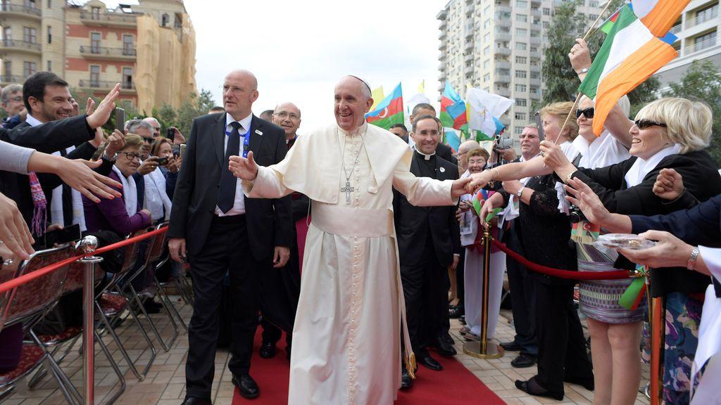 Caluroso recibimiento al Papa en Bakú
