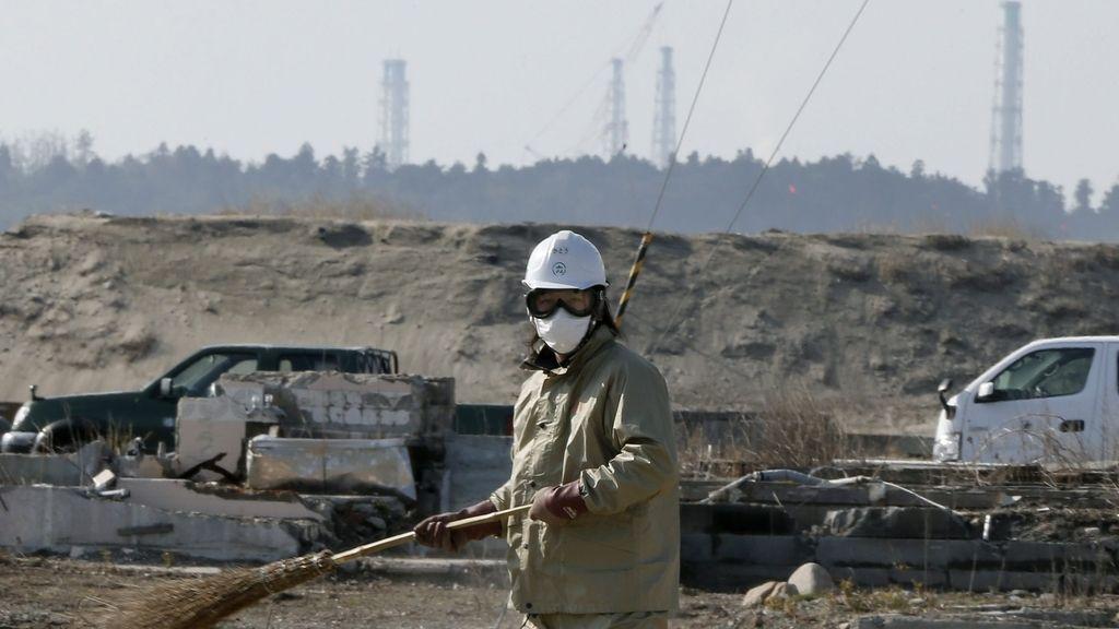 Hombre trabajando cerca de Fukushima