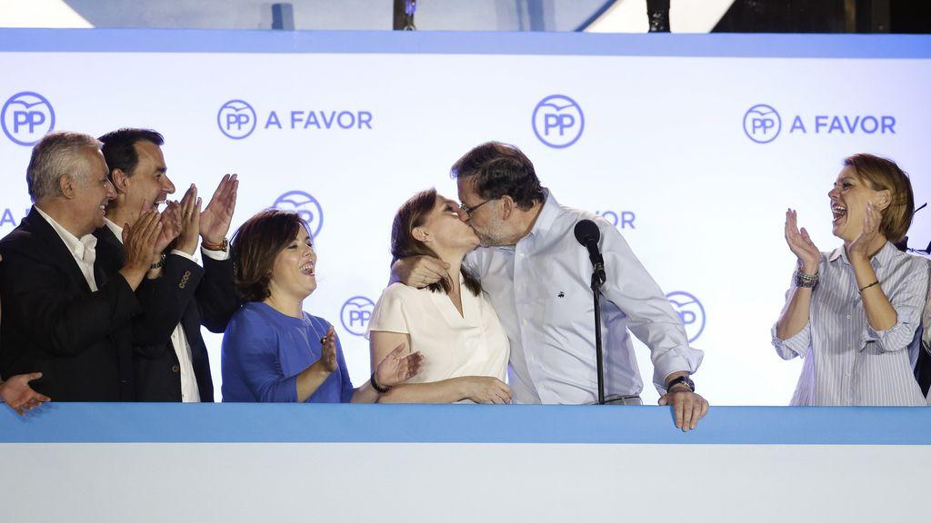 Mariano Rajoy besa a su mujer Elivira en el balcón de Génova