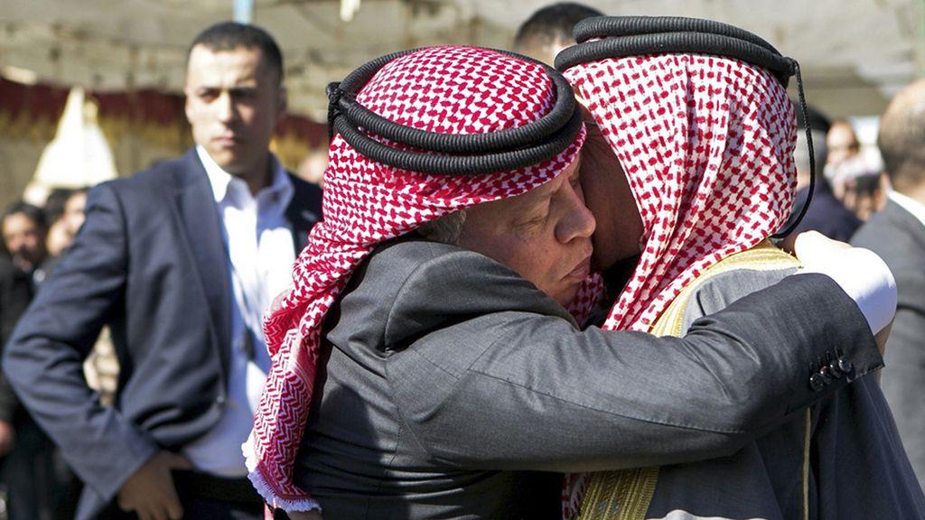 Abdalá II se abraza con el padre del piloto jordano asesinado por el Estado Islámico