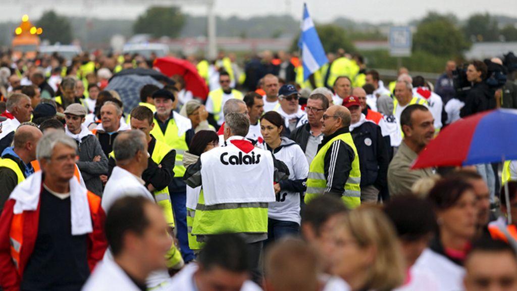 Bloquean carreteras en Calais para exigir el cierre definitivo del campo de inmigrantes