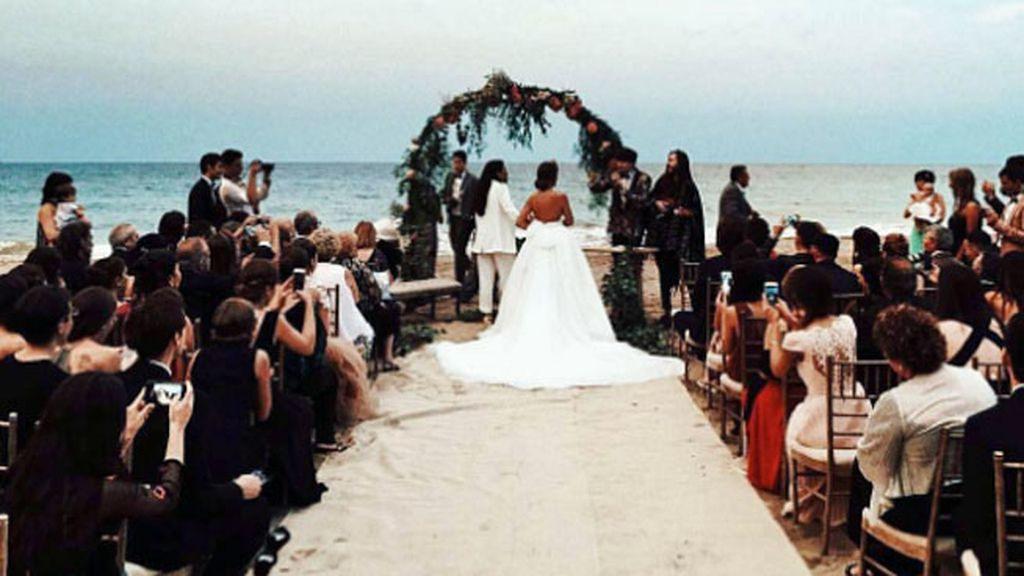 Ceremonia en un escenario idílico rodeadas de los suyos