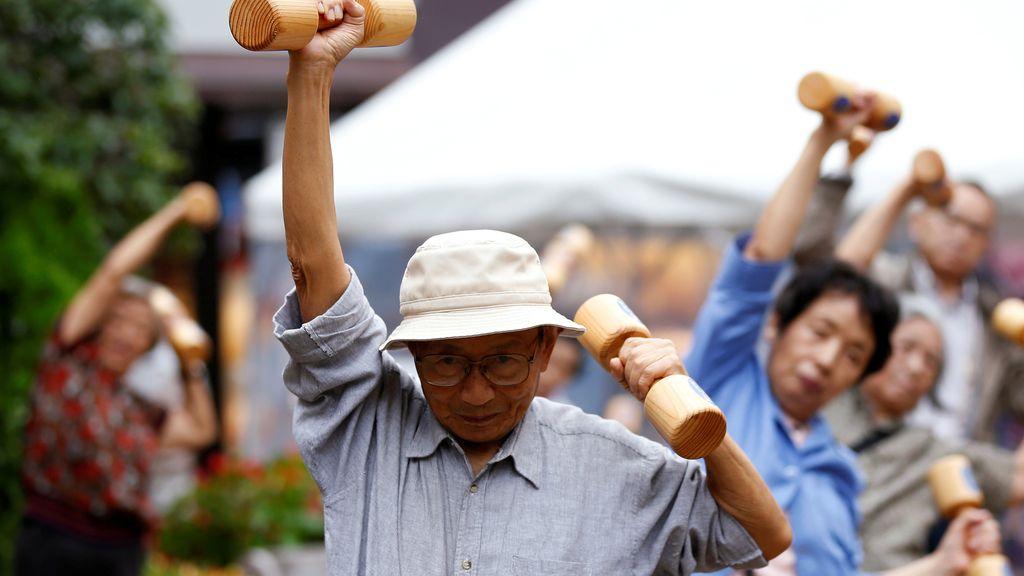 Los ancianos no se libran de levantar pesas en Tokio
