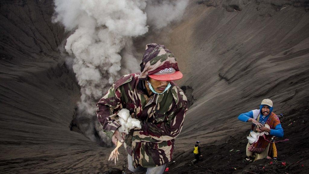 Celebración del Festival Kasada en el Volcán Bromo
