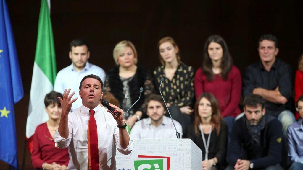 """El primer ministro italiano Matteo Renzi habla durante una mitin en apoyo del voto """"Sí"""" en el próximo referéndum de reforma constitucional"""