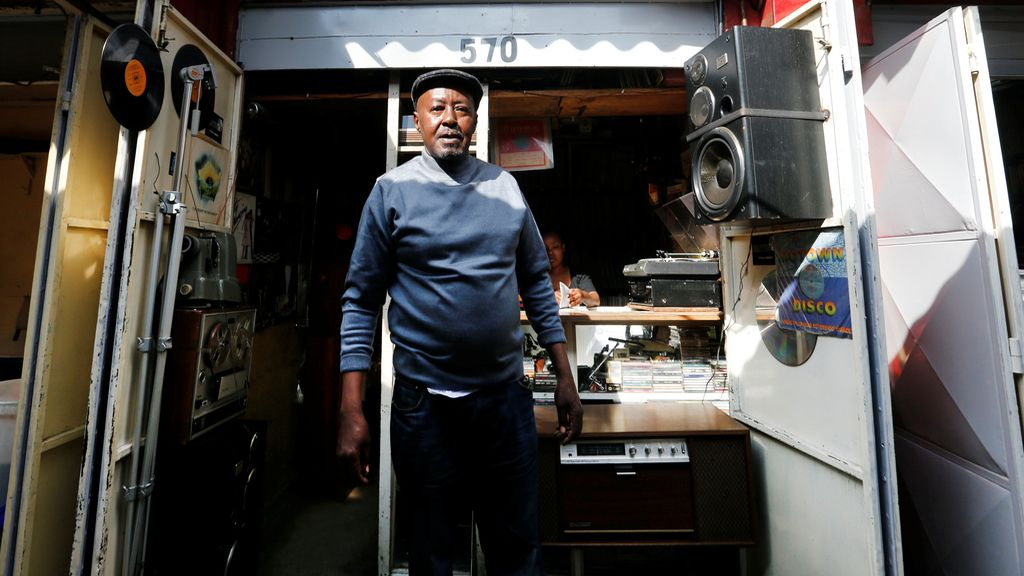 Un vendedor de discos en su tienda de segunda mano en Nairobi