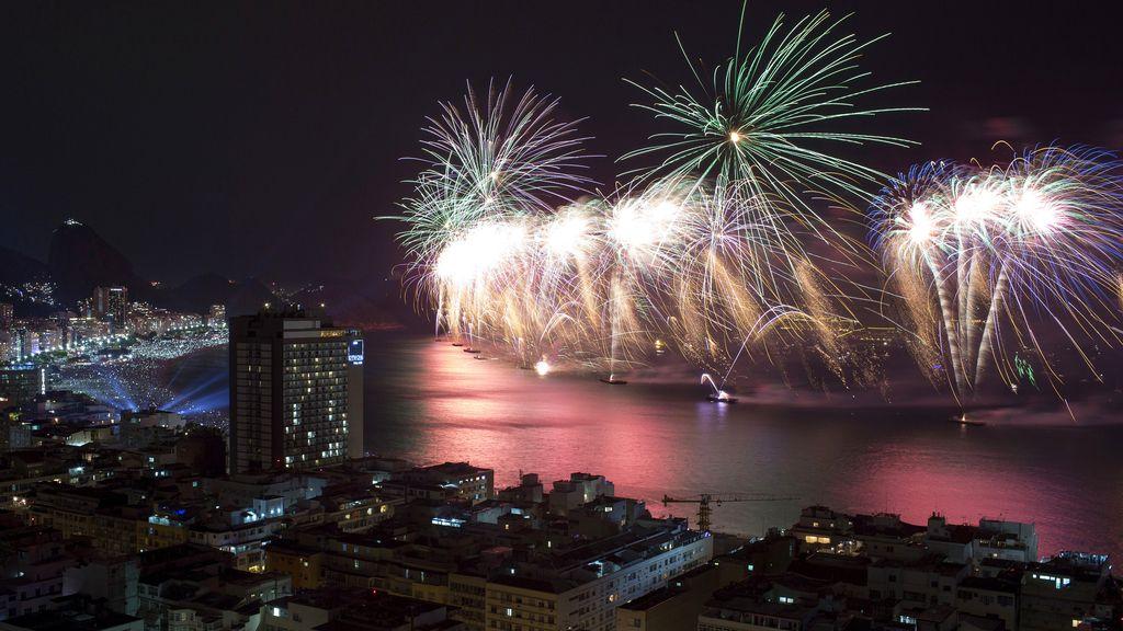 Fuegos artificiales sobre la playa de Copacabana para dar la bienvenida a 2015