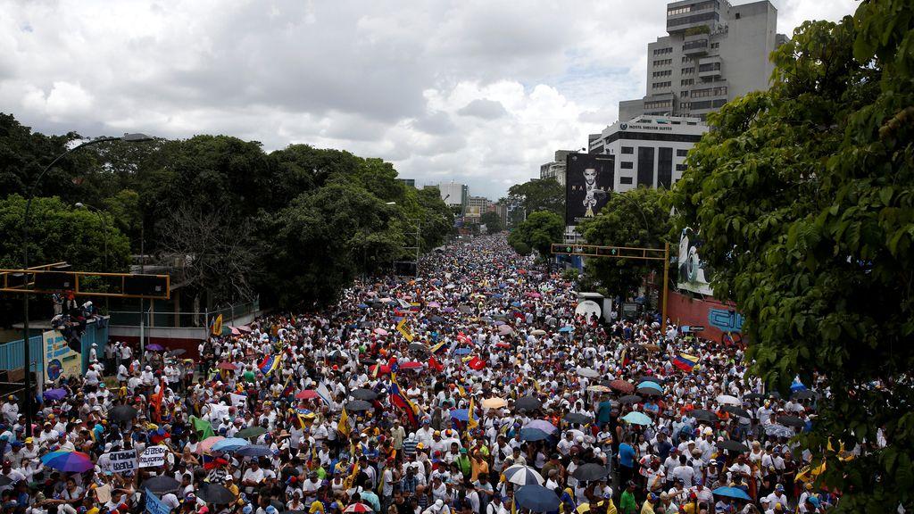 """Miles de venezolanos en la """"gran toma de Caracas"""" por el revocatorio contra Maduro"""