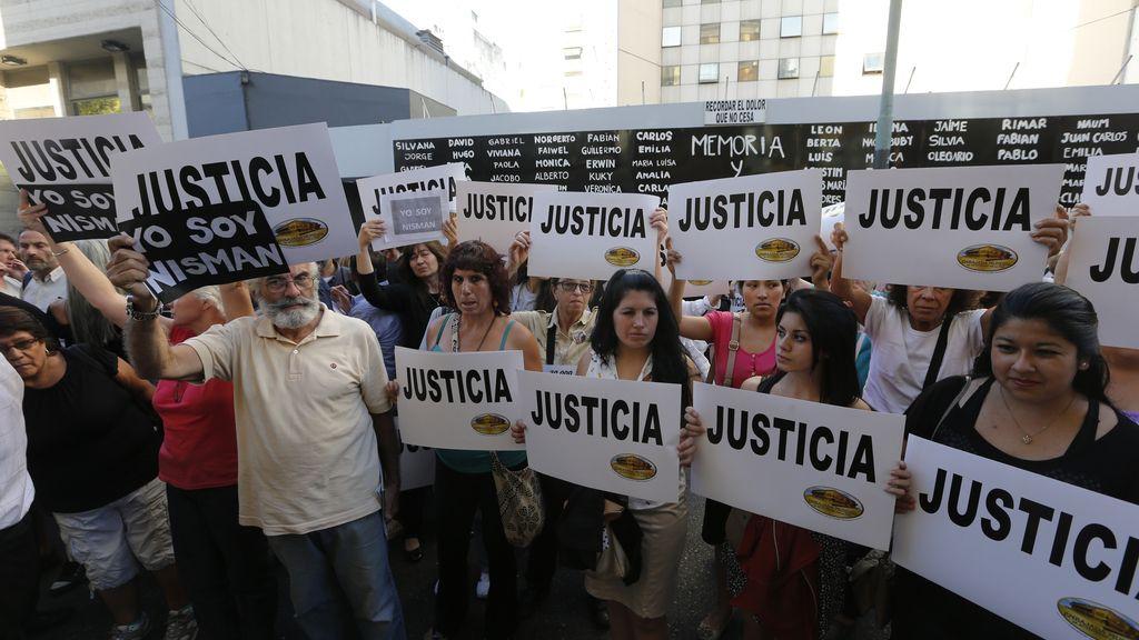 Manifestación ante la sede de la AMIA para reclamar justicia para el fiscal Nisman
