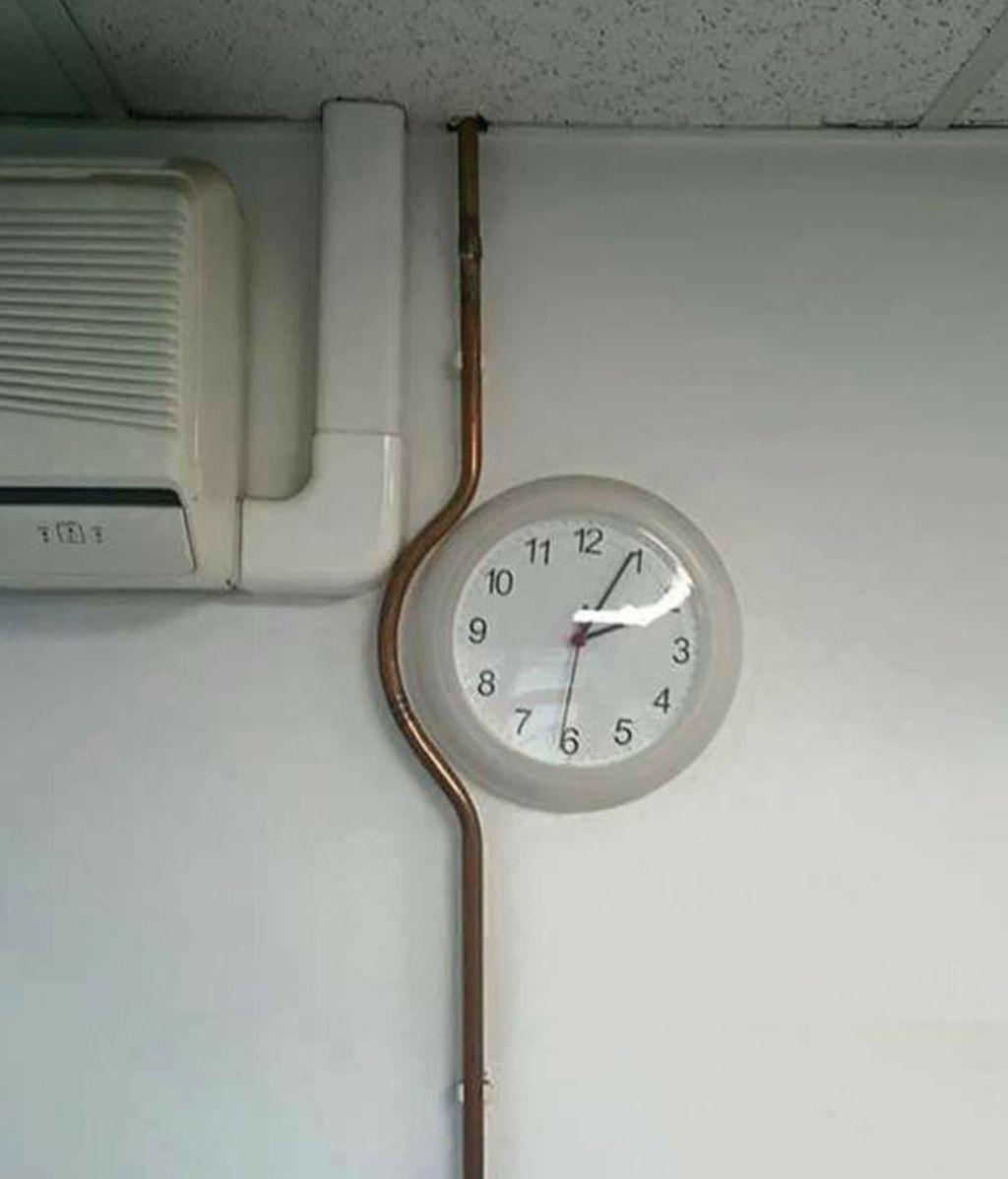 Una tubería que se amolda al reloj