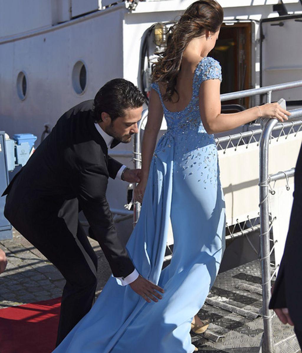 Carlos Felipe ayudo a Sofia Helkvist a entrar en el barco donde celebraron el evento