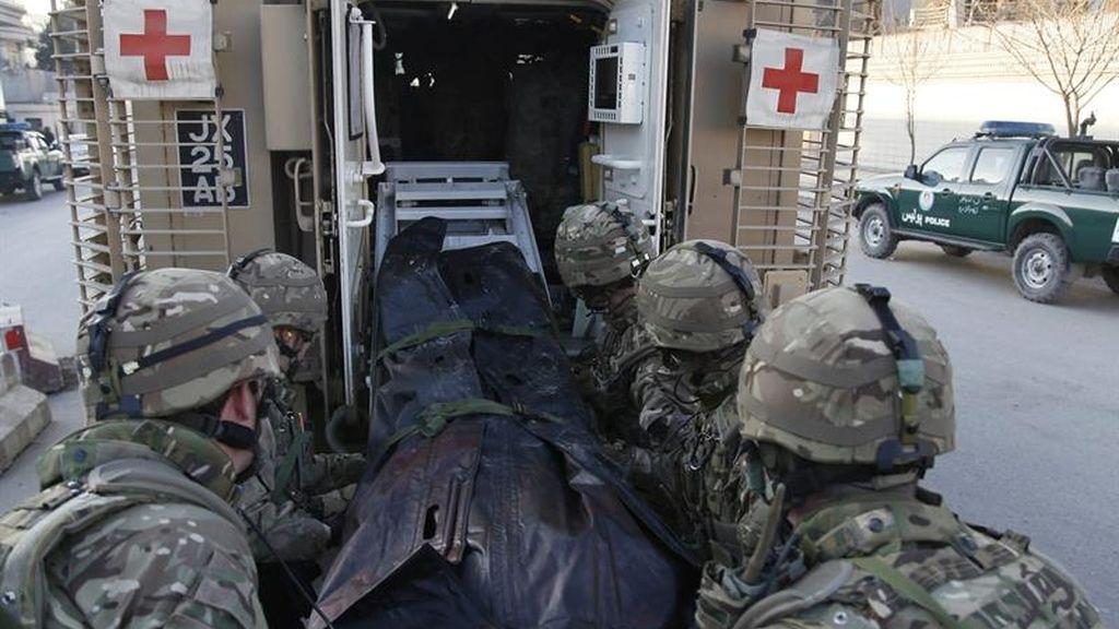 Soldados británicos ayudan en la escena del ataque.