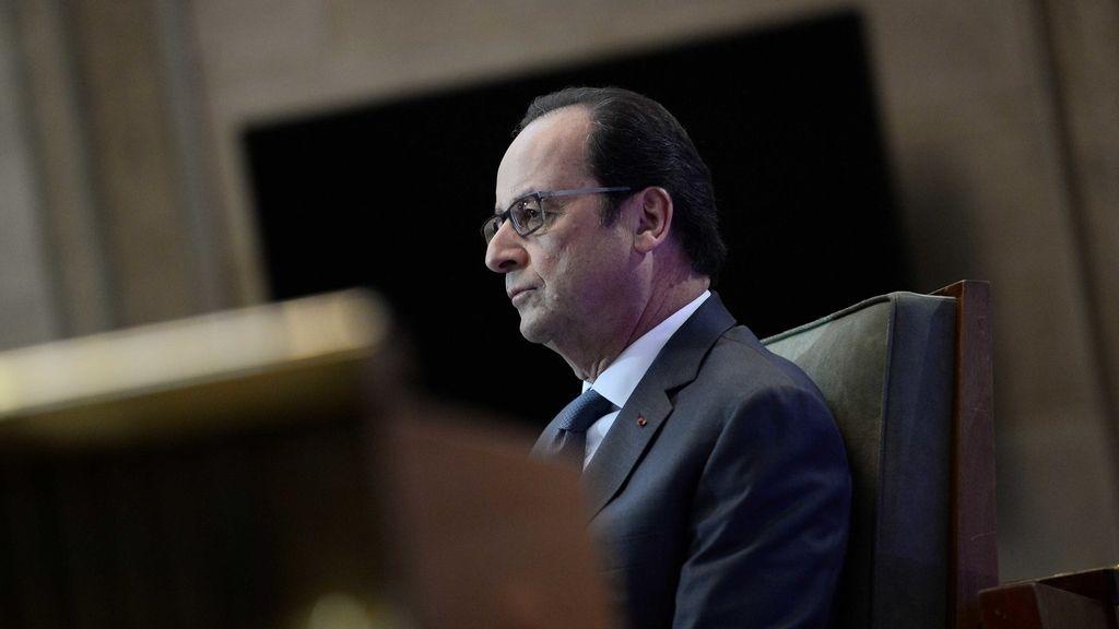 Hollande durante su discurso disculpándose ante los gitanos que estuvieron encerrados en campos de concentración
