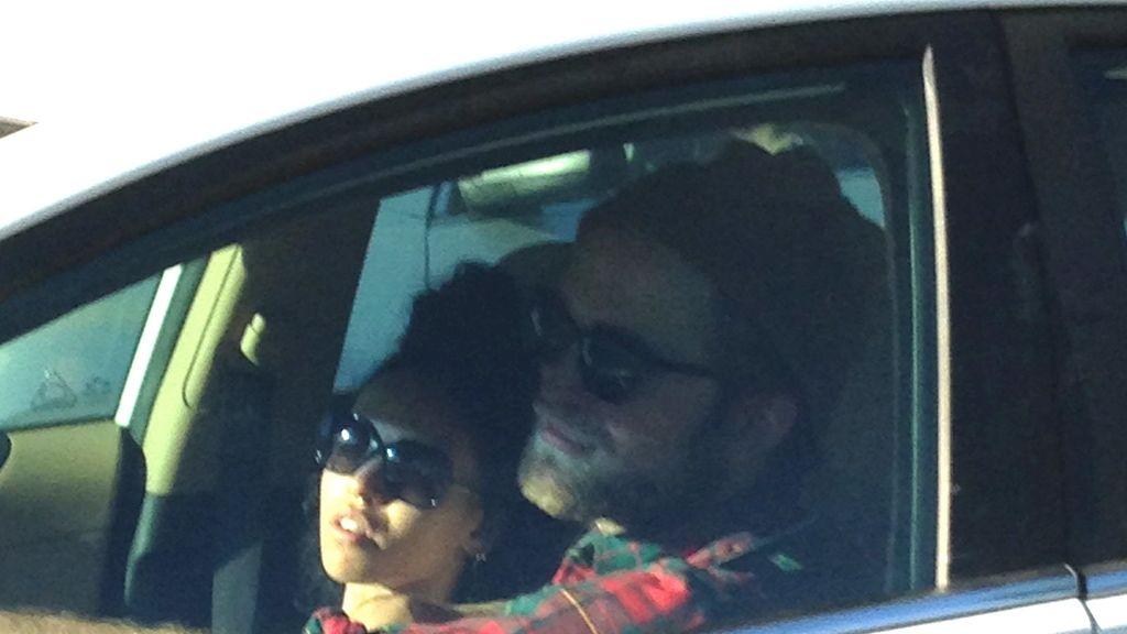 Robert Pattinson con su nueva novia, FKA Twings