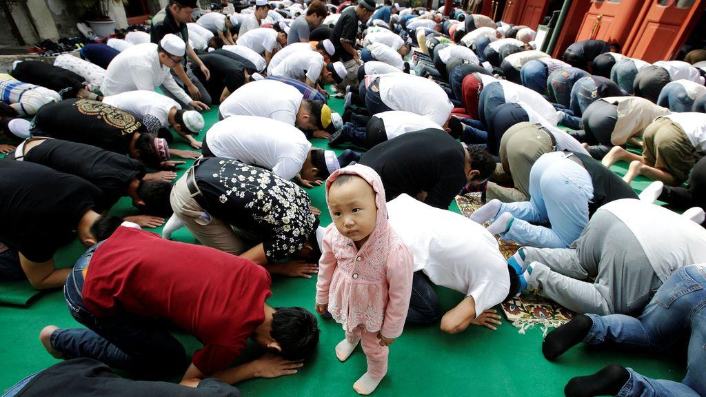 Los más pequeños observan la devoción de los adultos