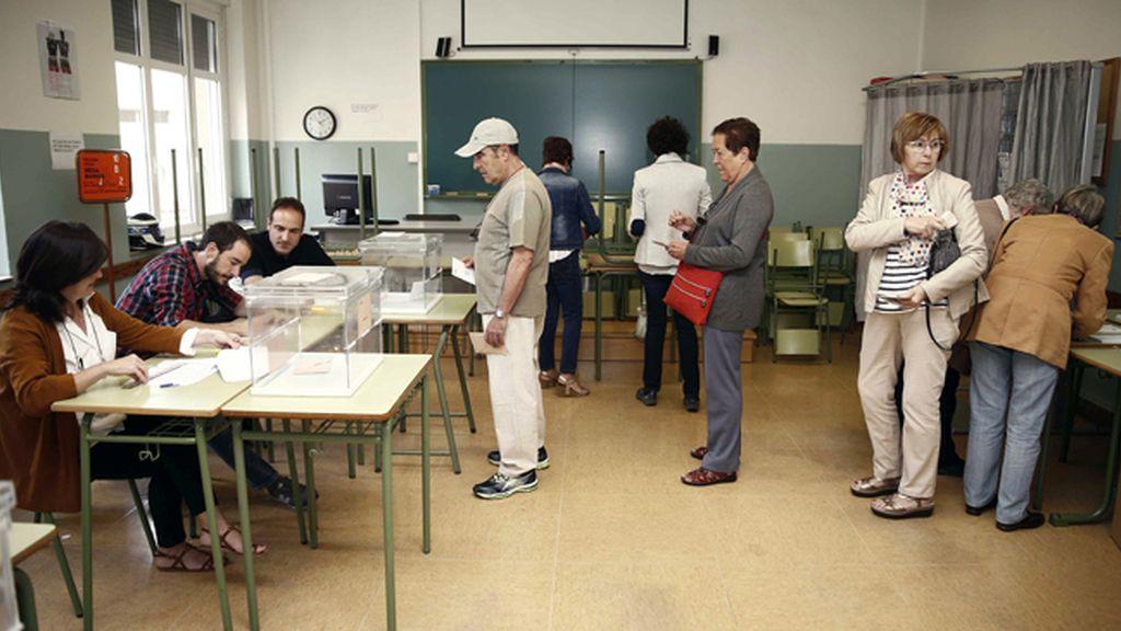 Apertura de colegio electoral en Pamplona