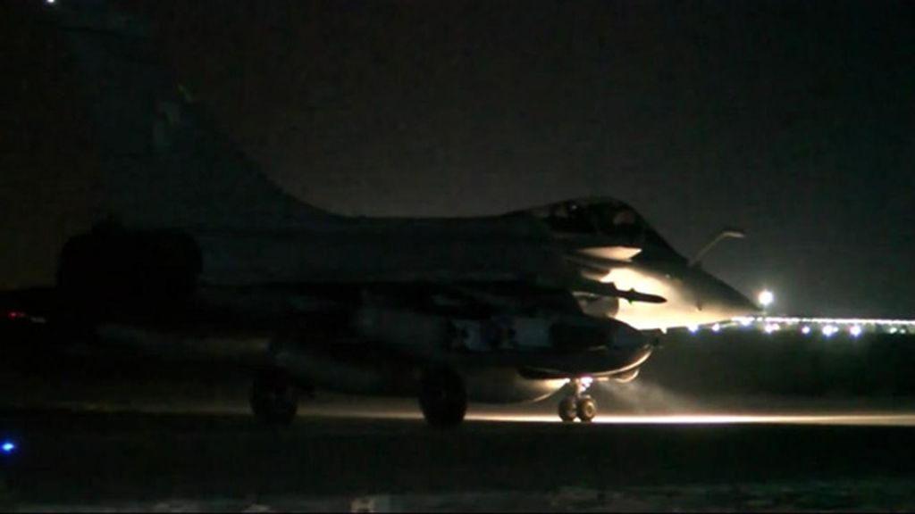 Aviones franceses atacan el bastión de Estado Islámico en Siria