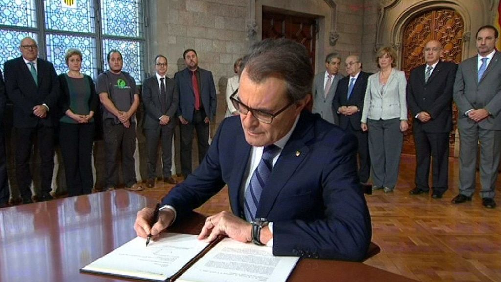 Artur Mas durante la firma del decreto de convocatoria de la consulta soberanista del 9N