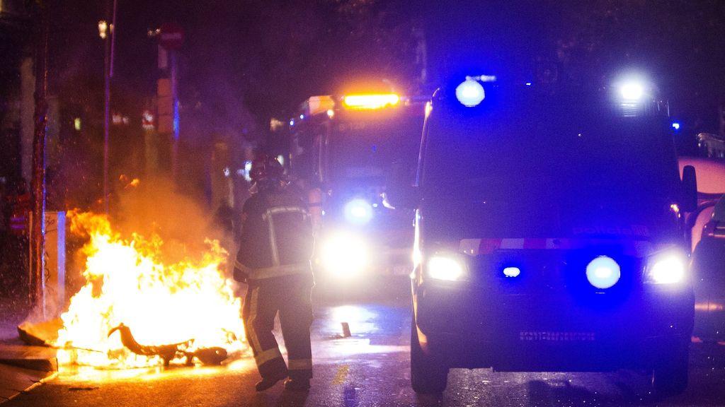 Los Mossos d'Esquadra cargan en la tercera noche de disturbios en Gràcia