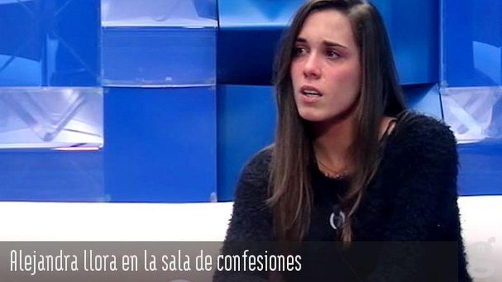 Alejandra llora en la sala de confesiones