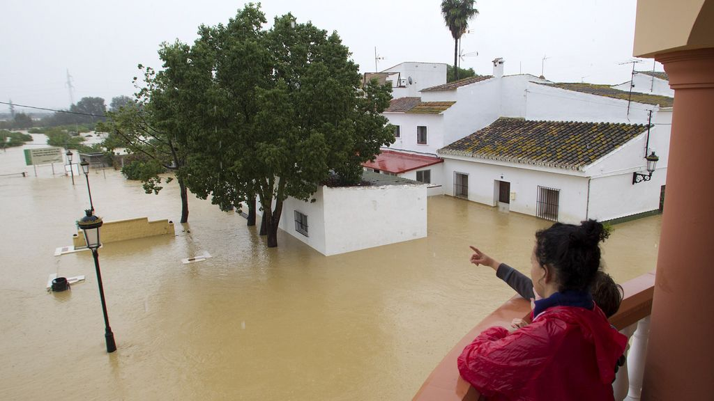En Málaga, los equipos de rescate llegan en helicóptero y en barco