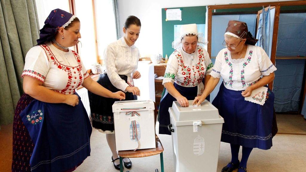 Cuatro mujeres votan en el referéndum celebrado en Hungría