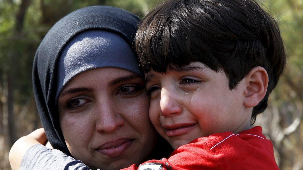 Una refugiada siria abraza a su hijo
