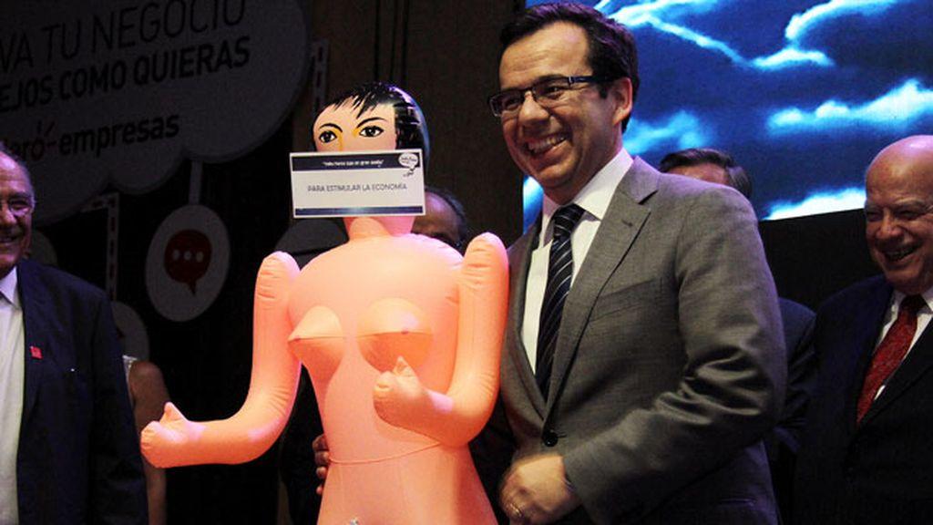 El regalo de una muñeca hinchable al ministro de economía de Chile desata la polémica