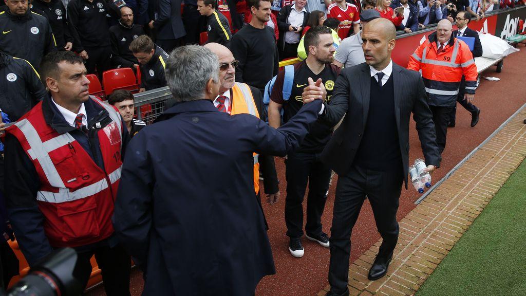 El esperado saludo entre Guardiola y Mourinho en el derbi de Manchester (10/09/2016)