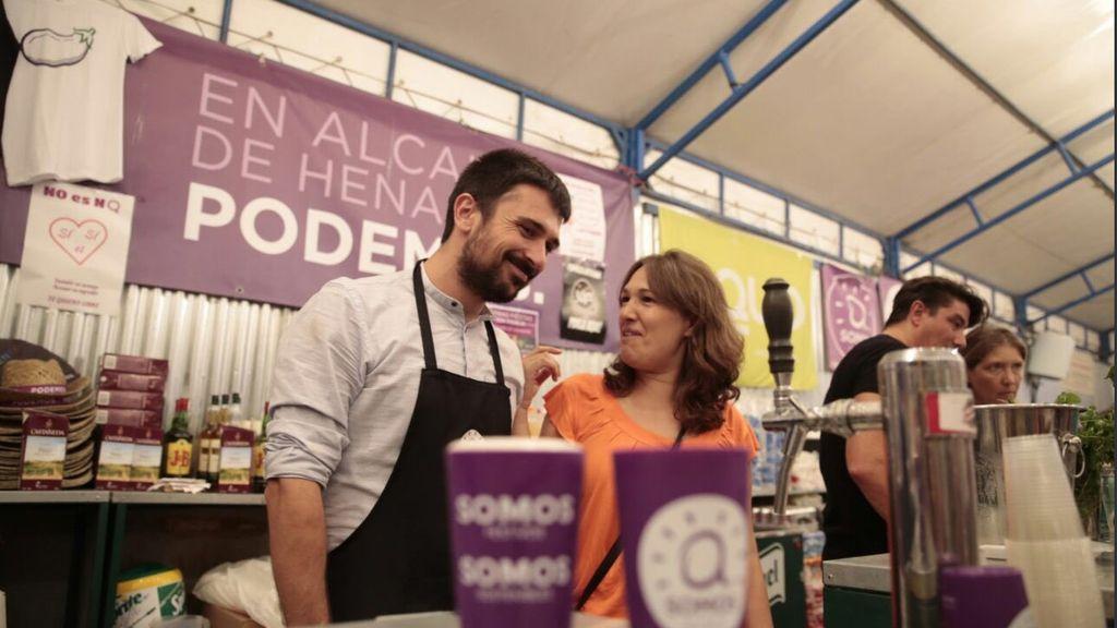 Ramón Espinar y María Espinosa ponen cañas en la caseta de Podemos en las fiestas de Alcalá