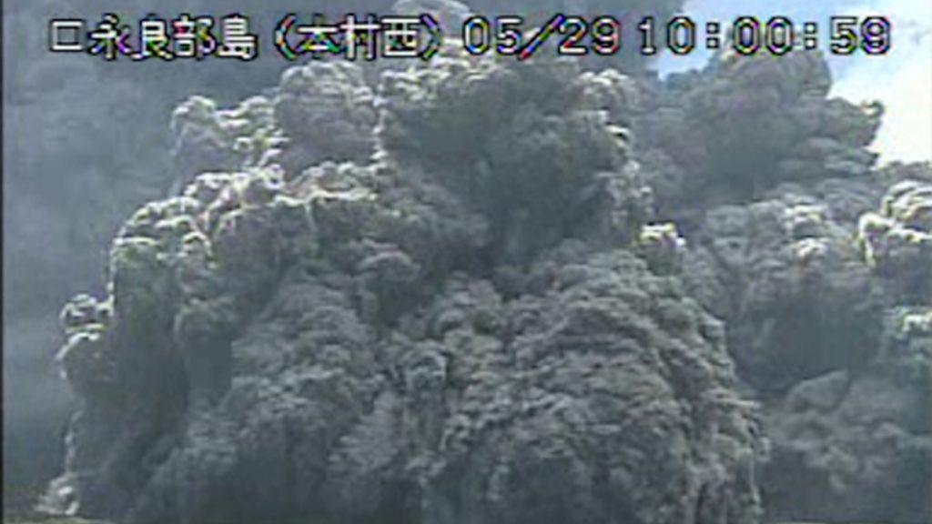 Japón decreta el nivel máximo de alerta tras la erupción de un volcán