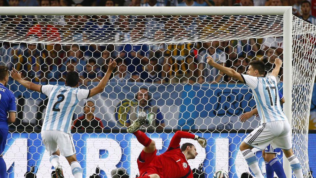 Los jugadores argentinos celebran el primer gol del partido