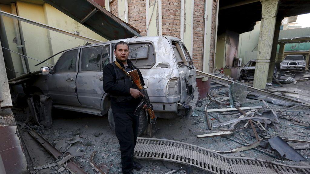 La seguridad afgana hace guardia en el interior de la casa de huéspedes