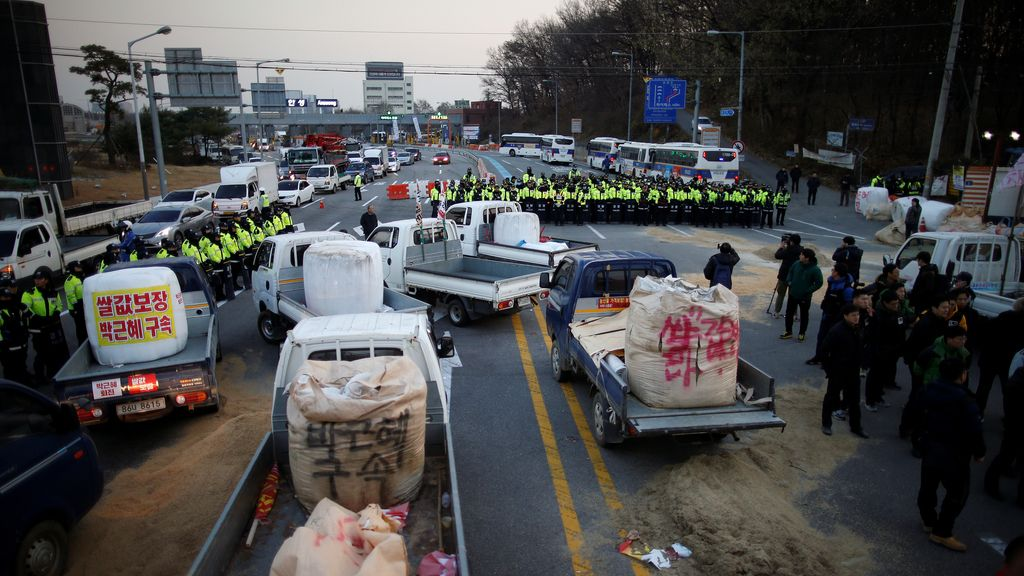 La policía surcoreana bloquea la marcha de protesta de los agricultores