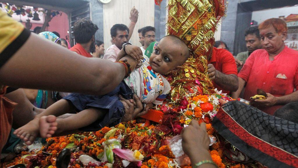 Los más pequeños son bendecidos en el templo