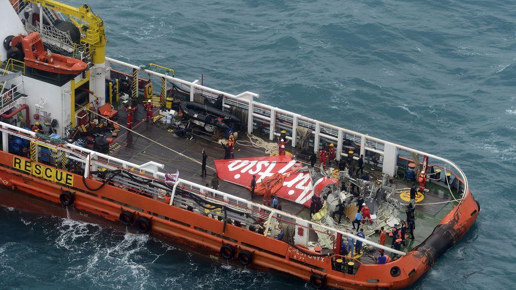 Reflotan la cola del AirAsia