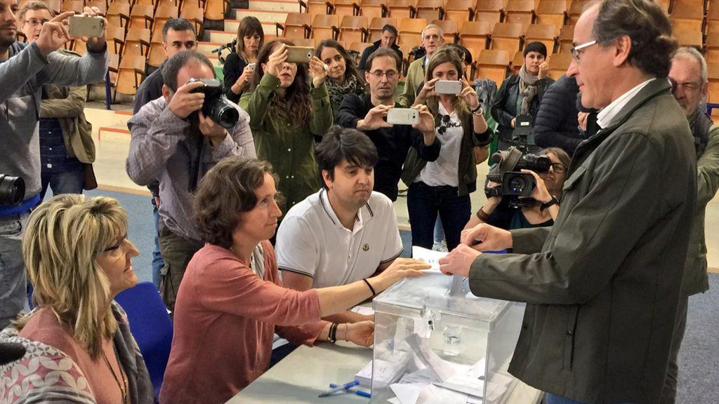 Alfonso Alonso votando en las elecciones vascas 2016