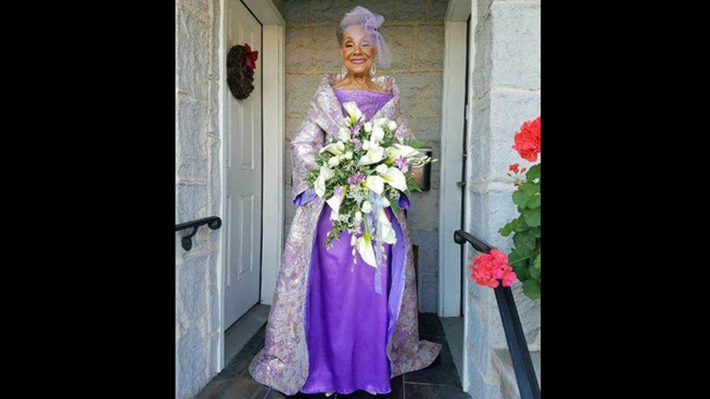 Se casa a los 86 años y conquista a Internet con su precioso vestido de novia
