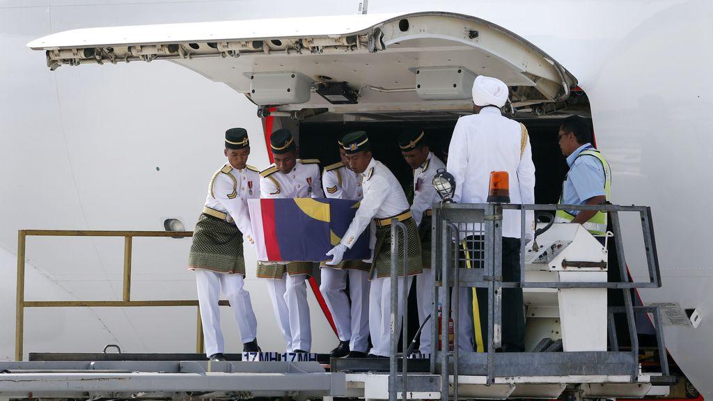 Llegan a Malasia los cuerpos de 20 pasajeros del vuelo MH17 derribado en Ucrania