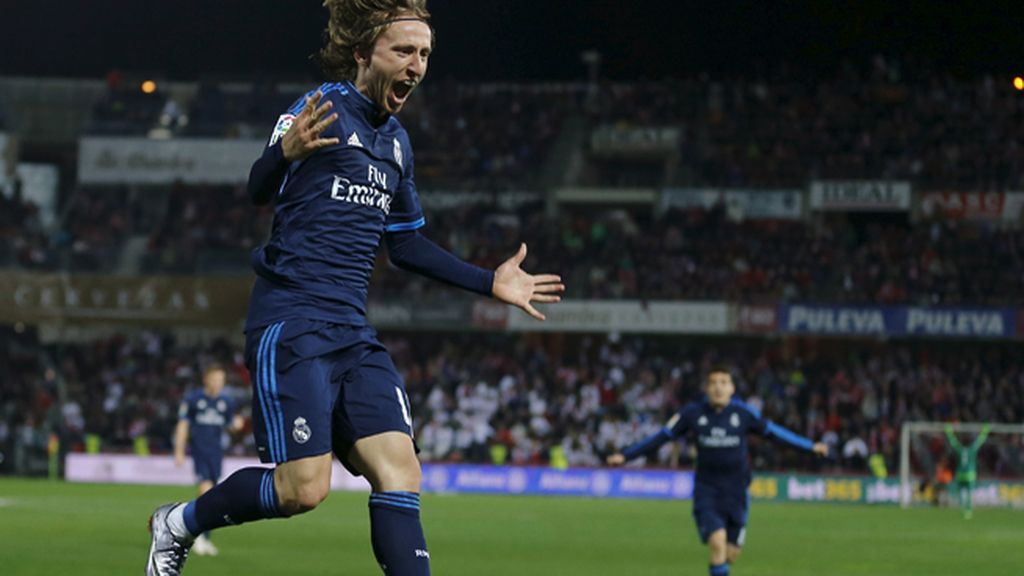 Modric salva al Madrid en Granada