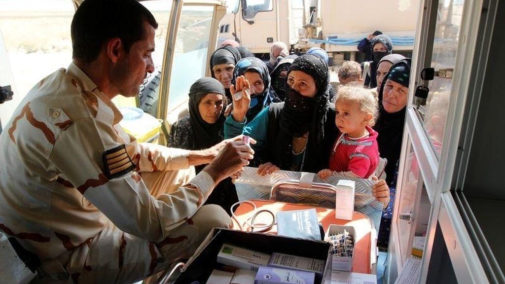 Trabajador entregando medicamentos a los musulmanes suníes