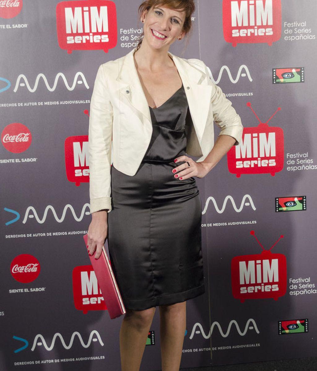 Negro para el vestido, crema para la chaqueta y rosa para el bolso de Malena Alterio