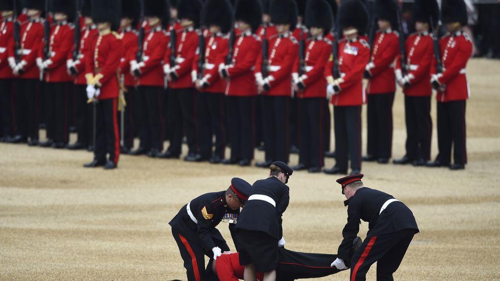 Un Guardia Real se desmaya