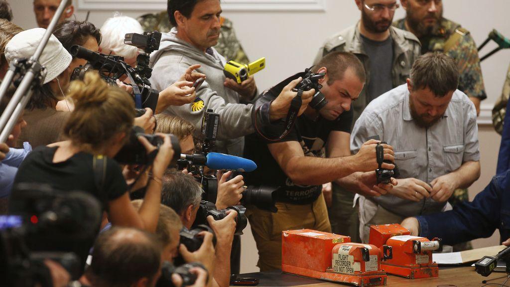 Los separatistas entregan las dos cajas negras del MH17 a los expertos malasios