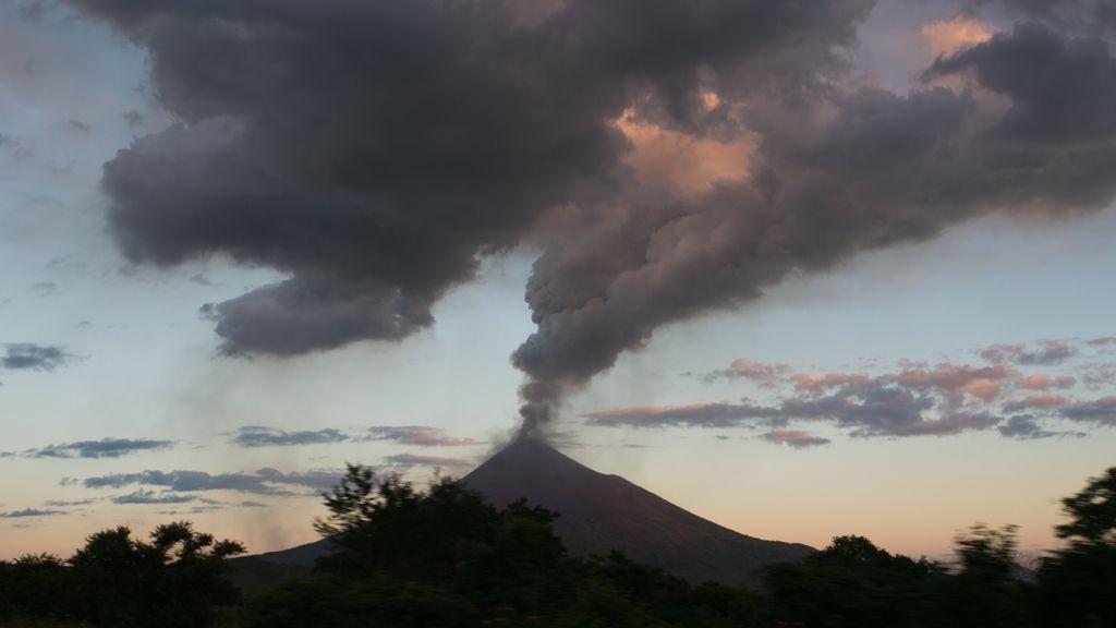 El volcán Momotombo (Nicaragua) ha entrado de nuevo en erupción