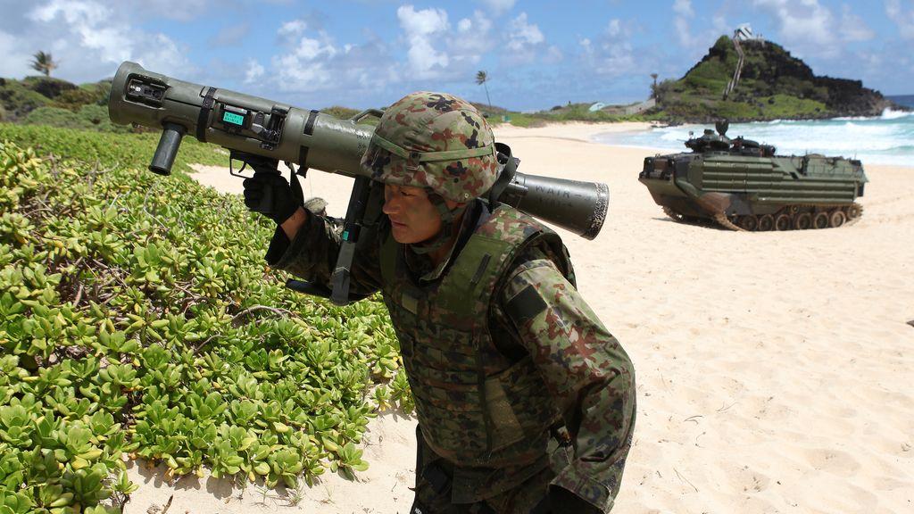 Las fuerzas japonesas realizan un simulacro de asalto en la playa