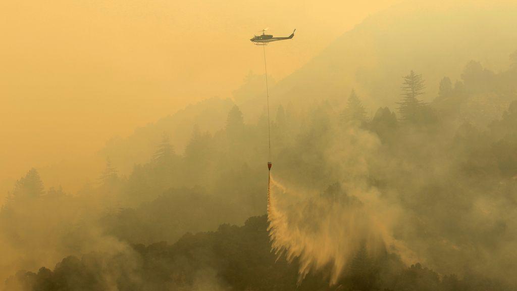 Trabajo constante para apagar un incendio en California