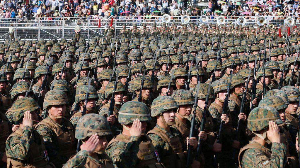Los soldados chilenos rindiendo honor a la patria