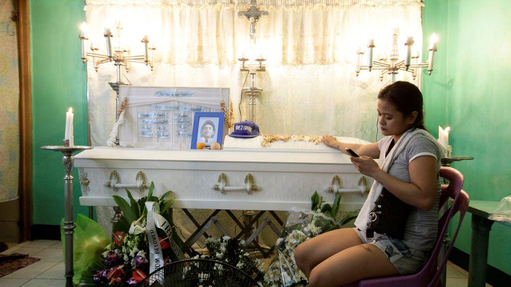 Existe adicción al móvil hasta en el funeral