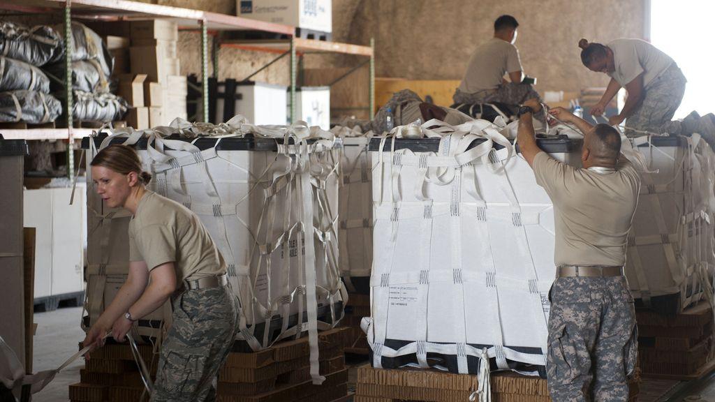 Militares de EEUU preparan un cargamento de ayuda humanitaria
